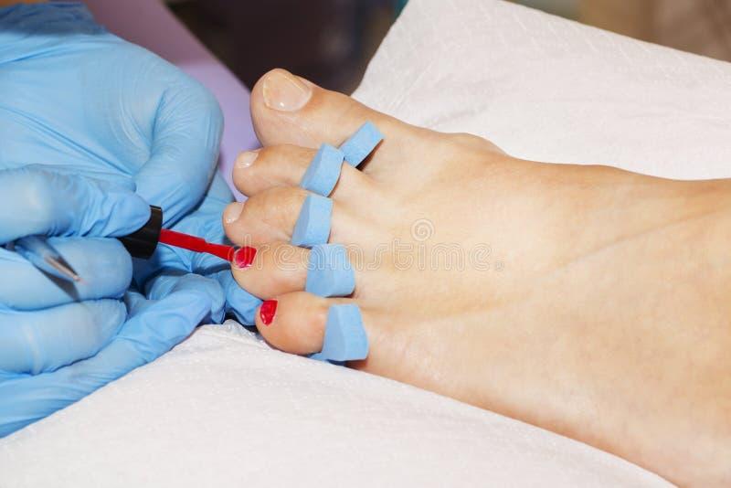 接受修脚的妇女脚 关闭概念 库存图片