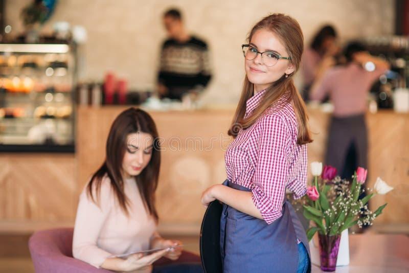 接受命令的女服务员的中间部分在餐馆 库存图片