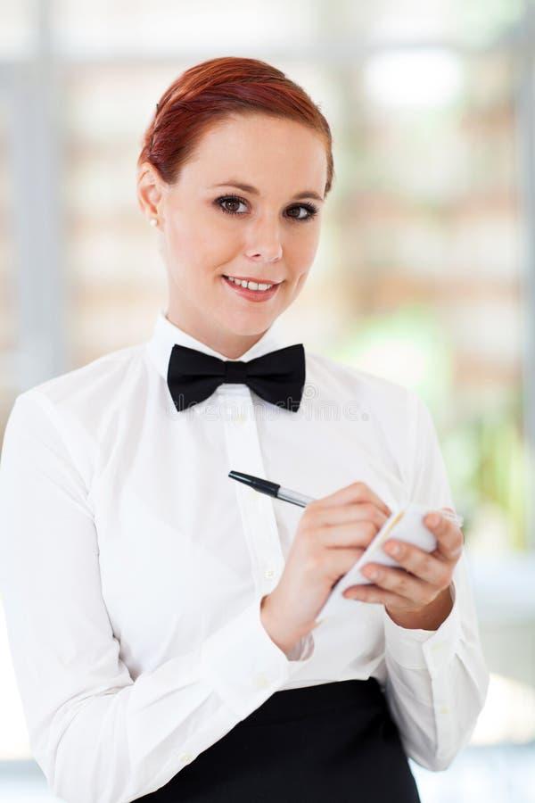 接受命令的女服务员 免版税库存图片