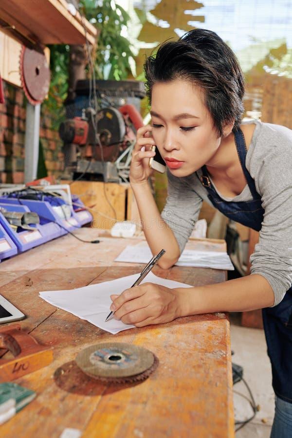 接受命令的木匠 免版税库存照片