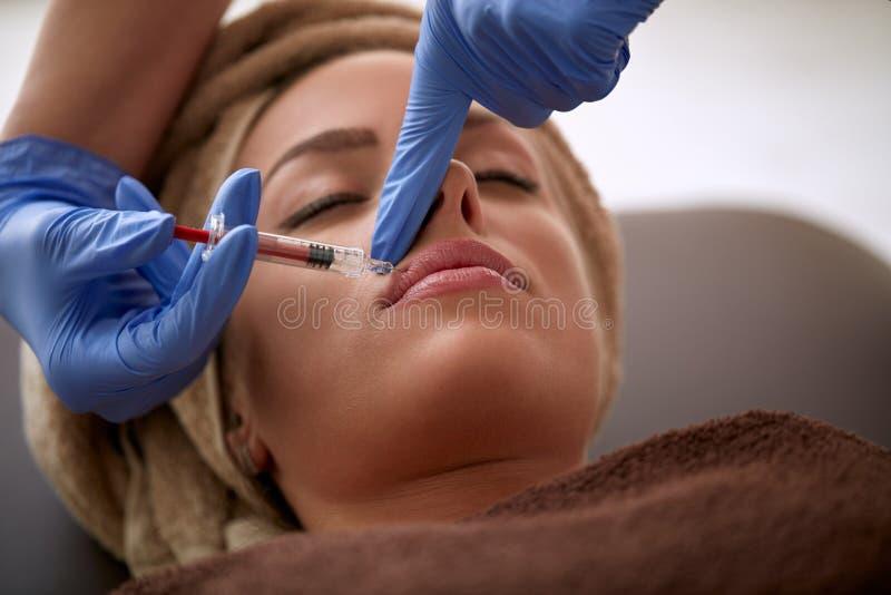接受在嘴唇的少妇botox射入 库存照片