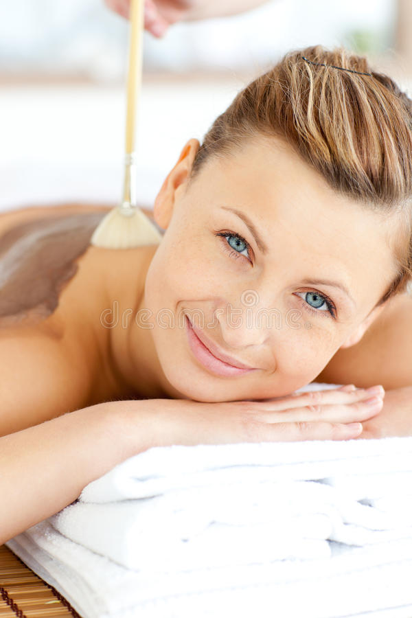 接受处理妇女的秀丽高兴的泥 免版税库存图片