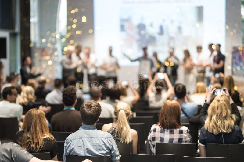 接受奖最好企业项目竞争事件的年轻企业队 免版税库存照片