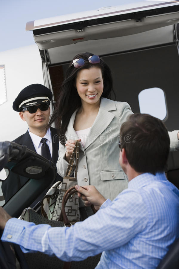 接受女商人的商人在机场 库存照片