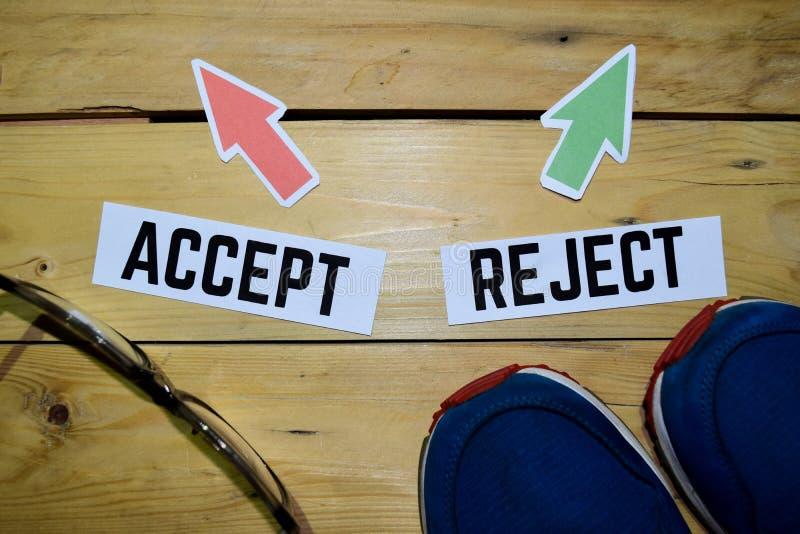 接受或拒绝与起动、eyeglasse和运动鞋的反方向方向标在木 库存照片