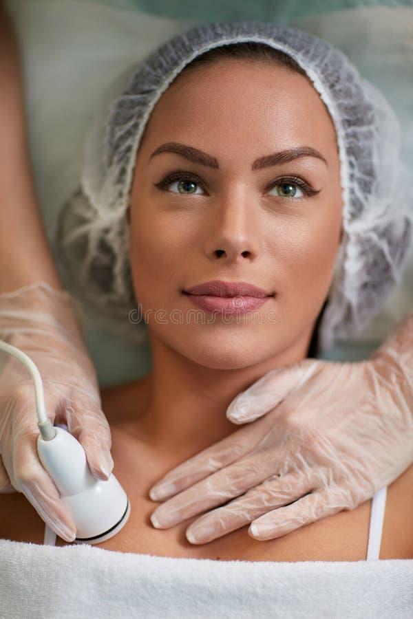 接受气蚀治疗皮肤的美丽的少妇 库存照片