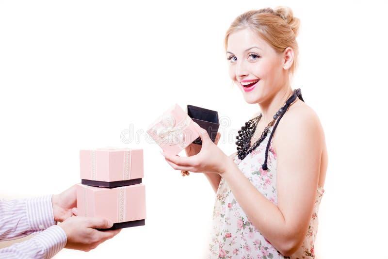 接受礼物或女性礼物华美的白肤金发的少妇蓝眼睛画象有乐趣愉快的微笑的&看的照相机 免版税图库摄影