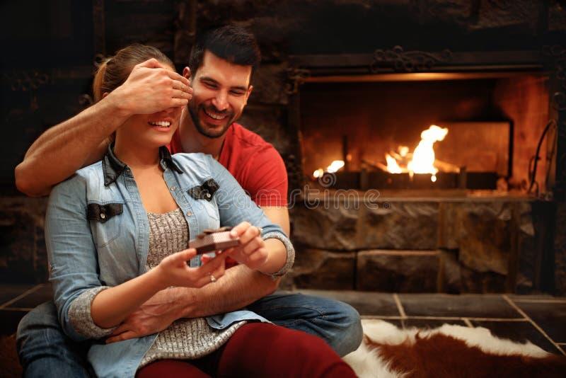 接受礼物的妇女从人作为惊奇为假日 免版税图库摄影