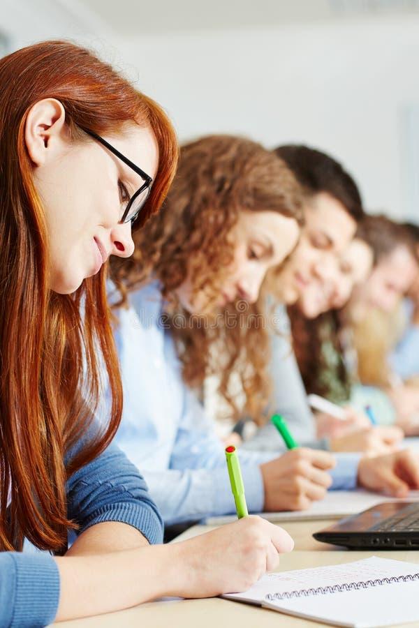 接受考试的学员在学校 免版税库存照片