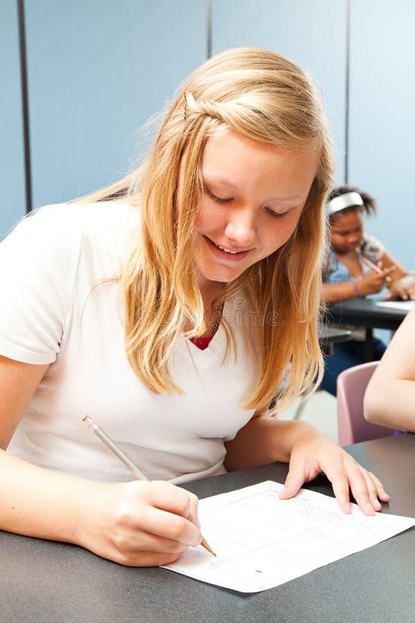 接受考试的确信的青少年的女孩 免版税库存图片