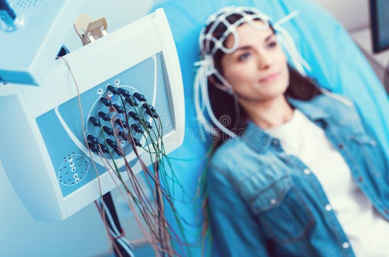 接受脑波记录仪分析的小姐在实验室 库存照片