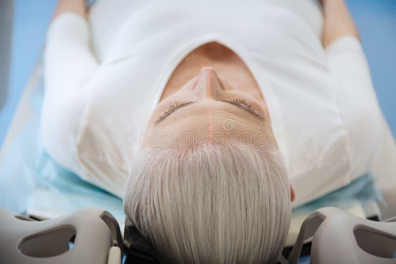 接受身体检查的好年长妇女 免版税库存图片