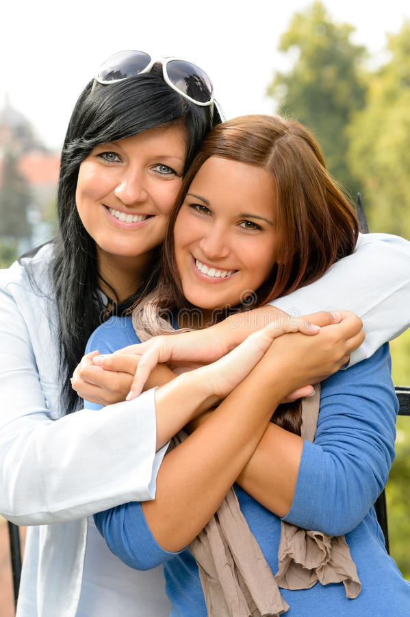 接受青少年和她的母亲户外结合的 库存照片