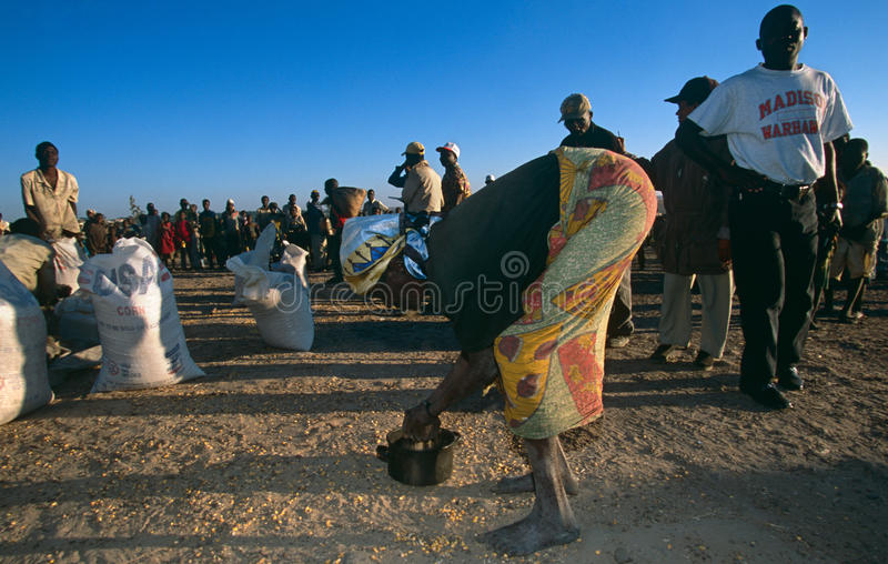 接受食品供应的人们从世界粮食方案 免版税库存照片
