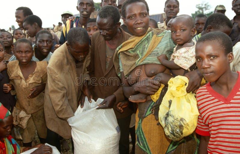 接受食品供应的人们从世界粮食方案 库存照片
