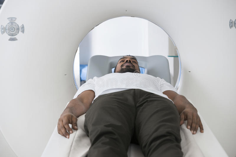 接受CT扫描的男性患者在考试屋子里 库存图片