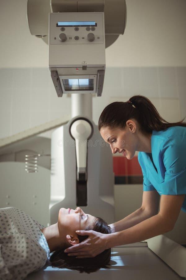 接受X-射线测试的女性患者 免版税库存图片