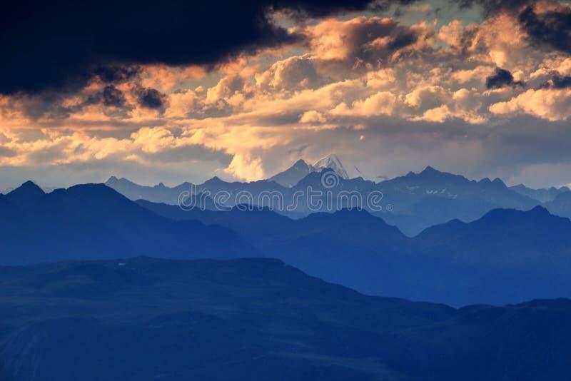 接合的蓝色剪影和桔子云彩高Tauern奥地利 免版税库存照片