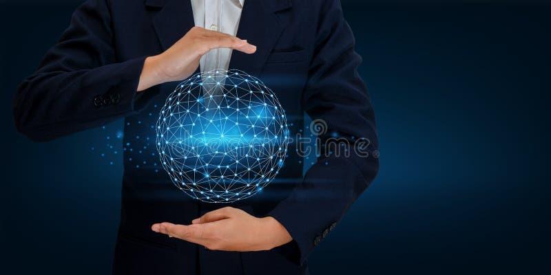 接地多角形滤网行星世界地图在商人网络技术和通信空间输入数据的手上 免版税库存照片