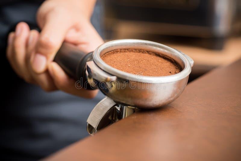 接地的盖帽咖啡做细流水 库存图片