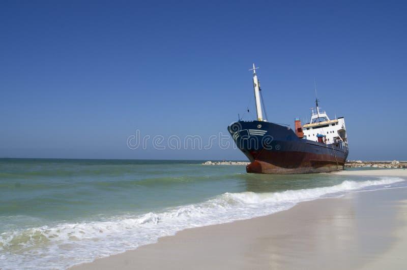 接地的货船 免版税库存图片