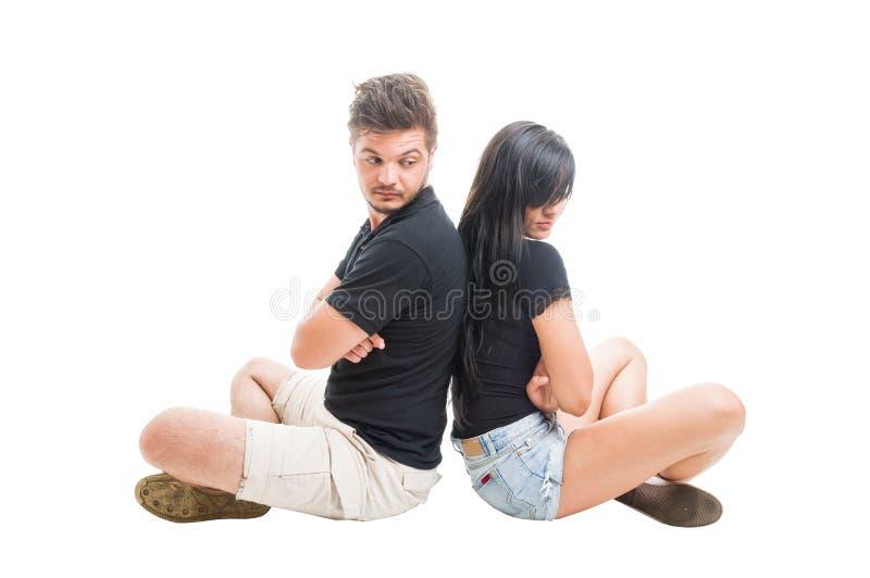 紧接坐生气或哀伤的夫妇 免版税库存照片