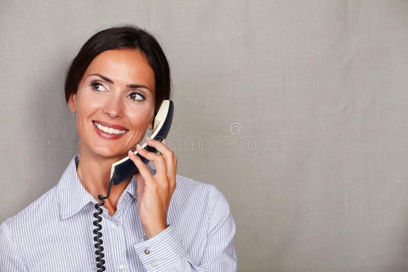 年轻接待员谈话在电话 库存图片