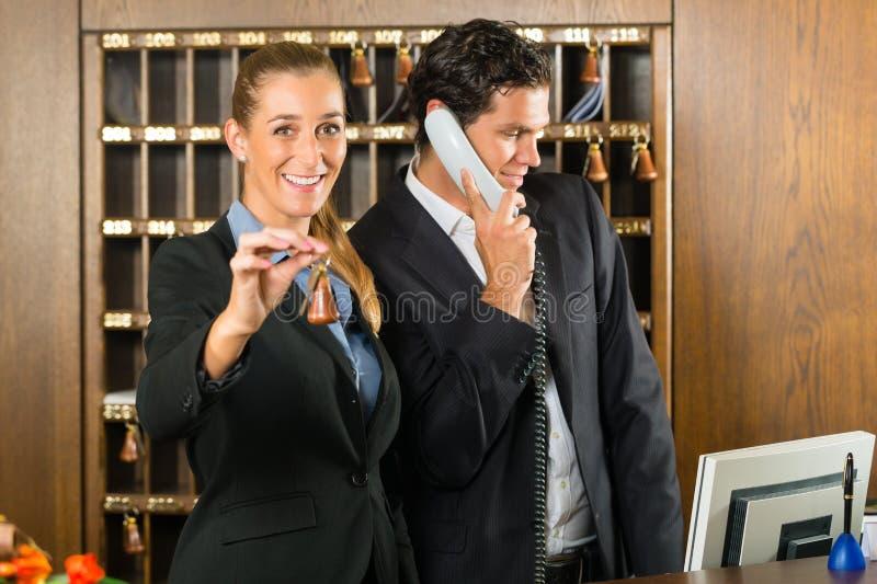 接收在旅馆里-男人和妇女 免版税图库摄影
