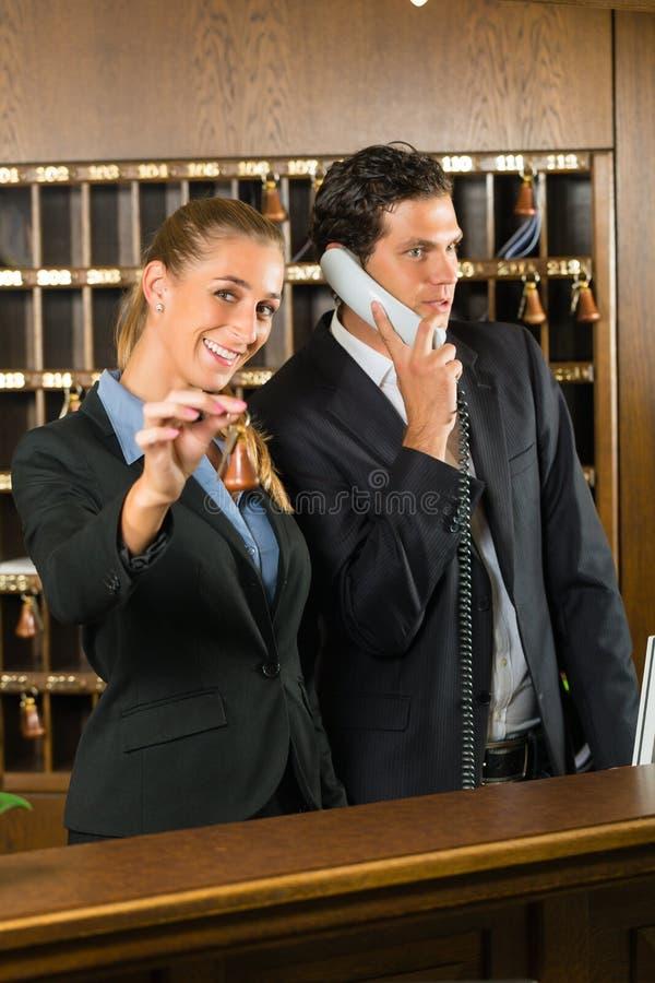 接收在旅馆里-男人和妇女 库存图片