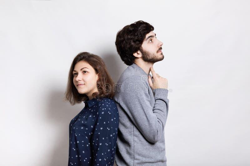 紧接站立两的青年人一张水平的画象有周道的表示 一件时髦的年轻有胡子的人藏品 免版税库存照片