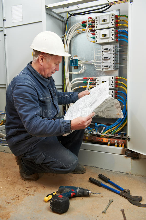 接线的电工有加工图的 库存图片