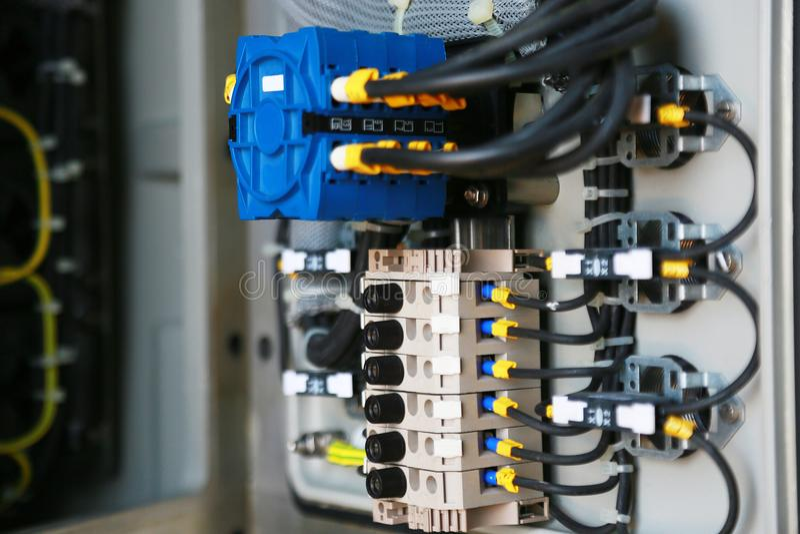 接线盒的电子由技术员的终端和服务 电子设备在支持系统的控制板安装 库存照片