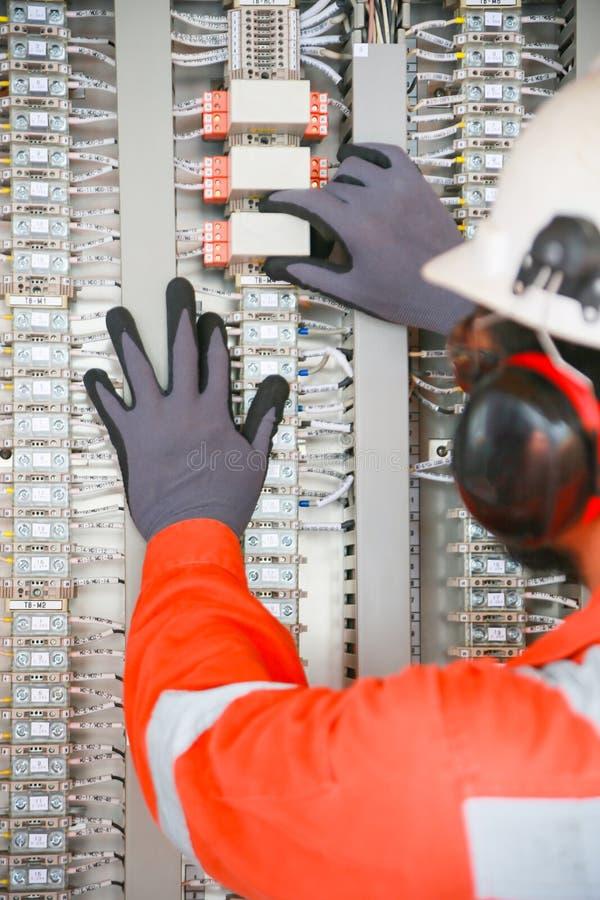 接线盒的电子由技术员的终端和服务 电子设备在支持系统的控制板安装 免版税库存照片
