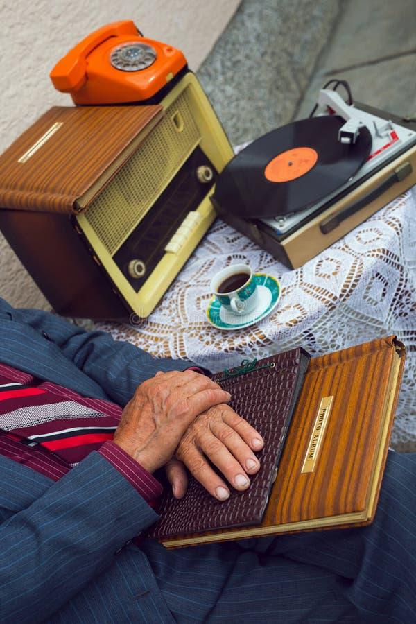 接触一本老象册的老人的手 库存照片