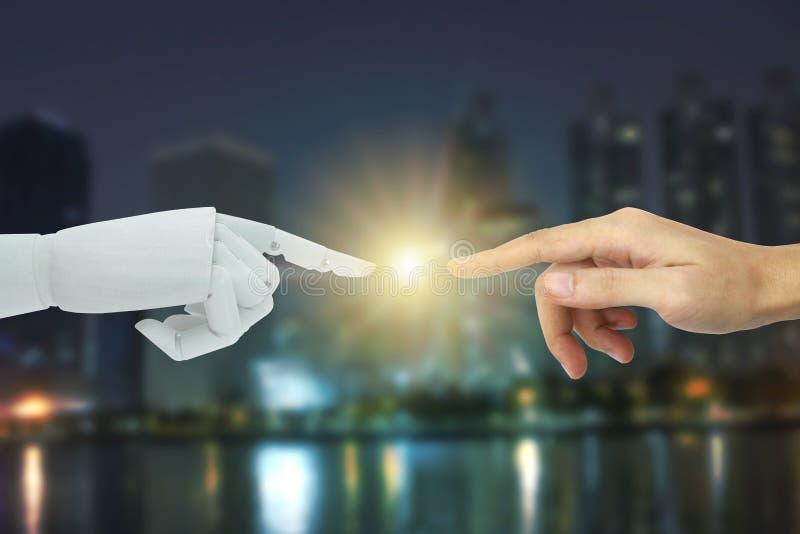 接触在城市背景,人工智能技术概念的机器人和人的手 免版税图库摄影