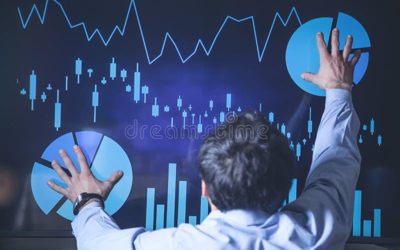 接触在屏幕的财政图表的商人 图库摄影