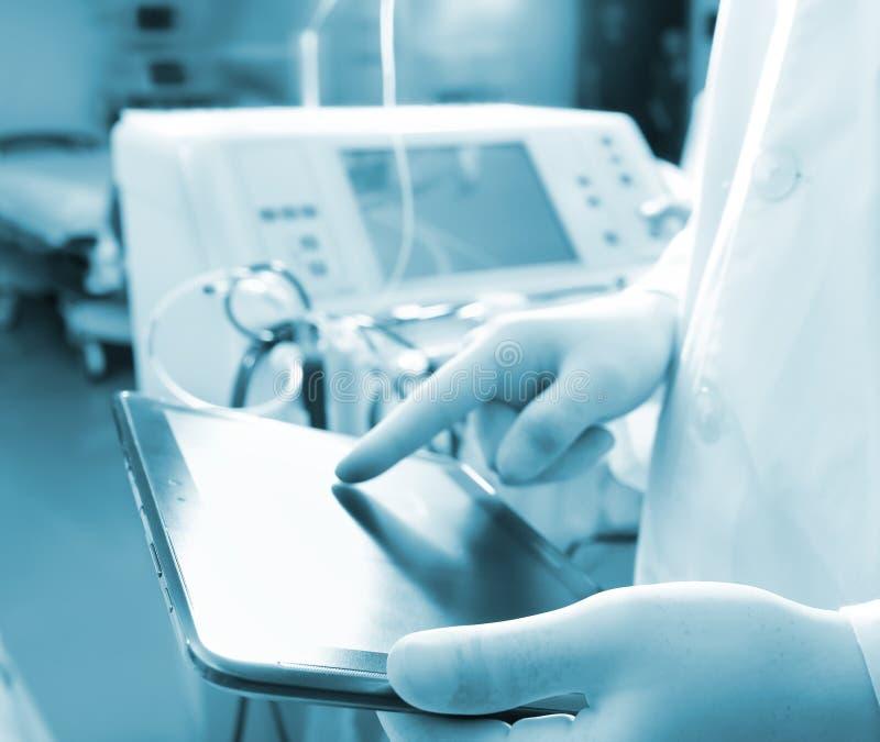 接触在数字式片剂屏幕上的医生 免版税库存图片