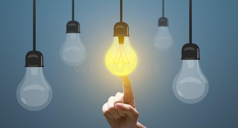 接触在背景的手指黄色想法电灯泡 免版税库存照片