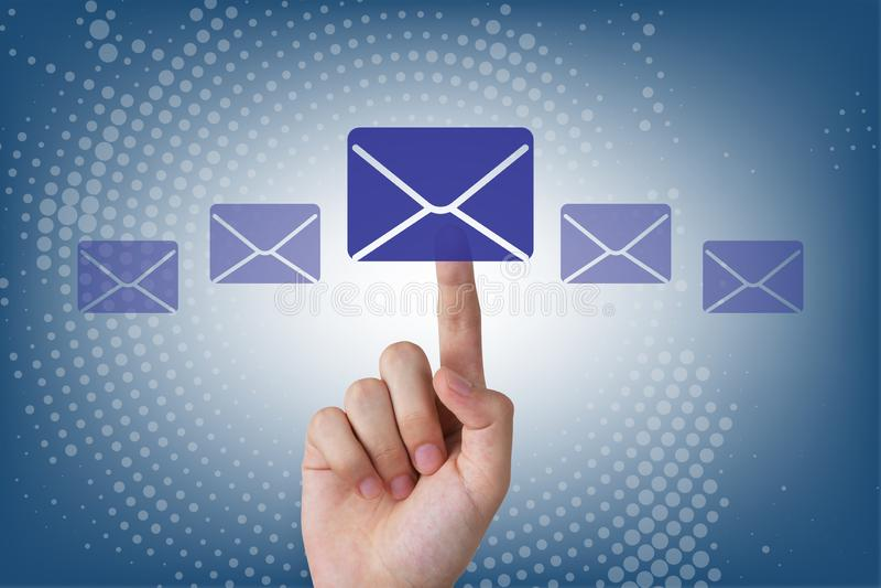 接触在视觉屏幕上的人的手电子邮件按钮 免版税库存图片