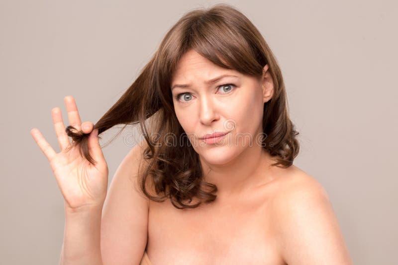 接触她的头发的美丽的性感的妇女画象  库存照片