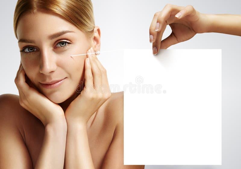 接触她的面孔用手的秀丽妇女拿着3D笔记 免版税图库摄影