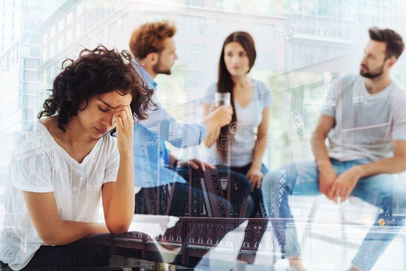 接触她的面孔的沮丧的妇女在心理学家办公室 免版税图库摄影