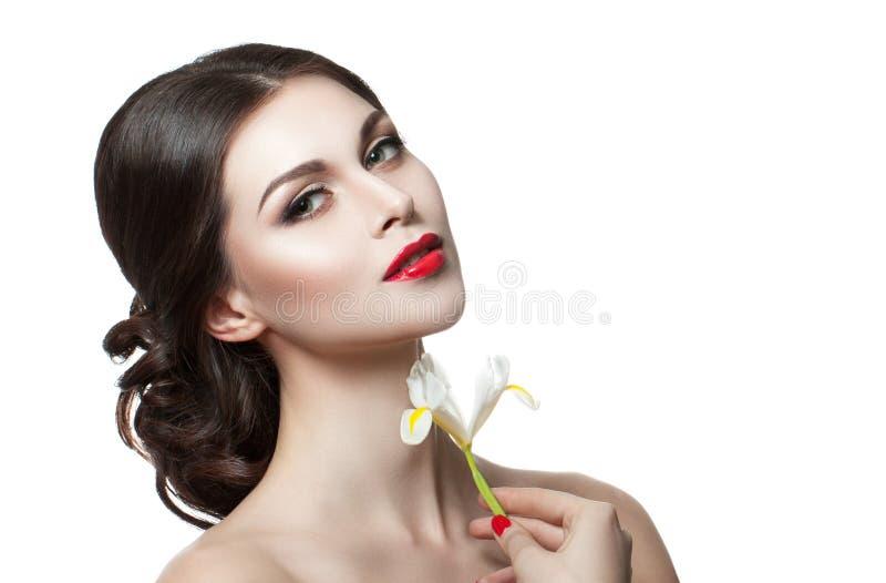 接触她的面孔的美丽的肉欲的妇女 秀丽和skincare概念 查出在白色 免版税库存图片