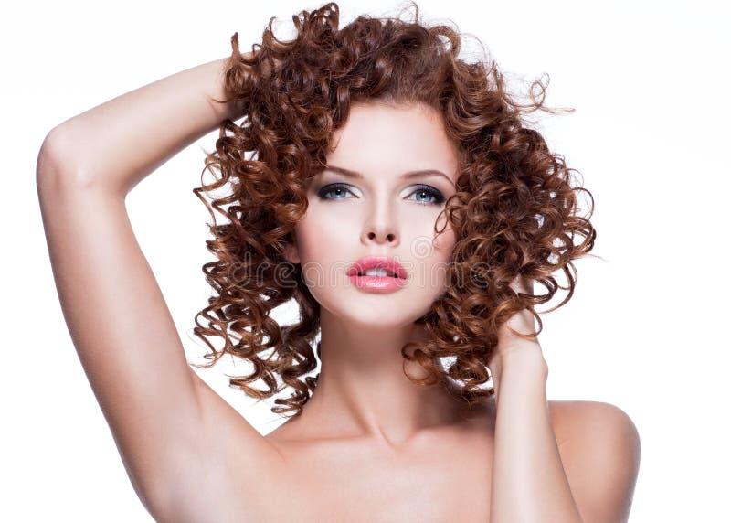 接触她的头发的美丽的肉欲的妇女用人工 免版税库存照片