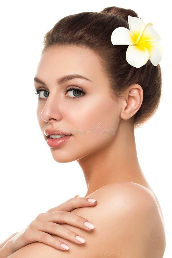接触她的shoulde的年轻美丽的白种人妇女画象  免版税库存图片