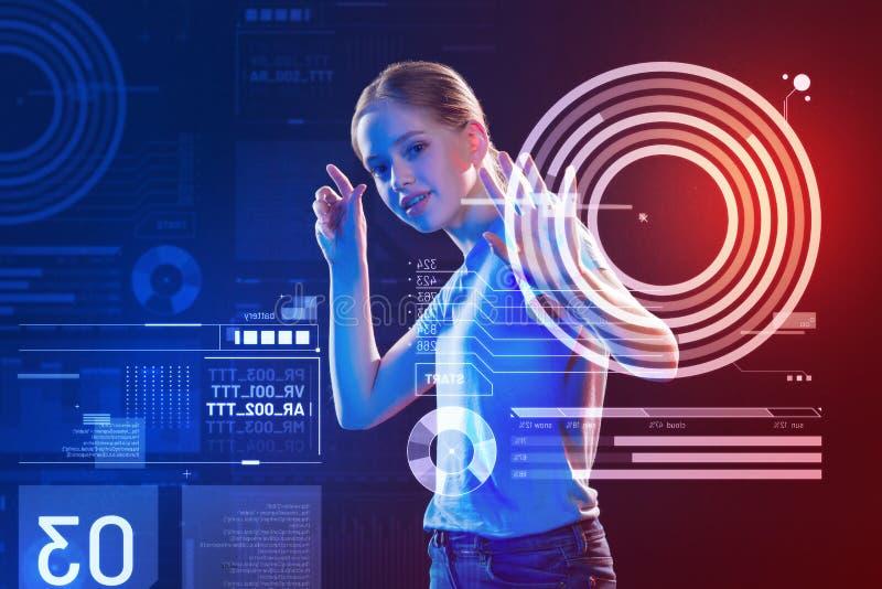 接触屏幕的俏丽的女孩,当探索现代技术时 库存照片