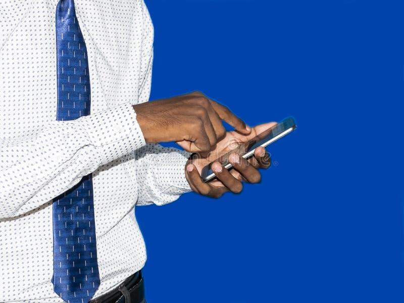 接触手机的商人黑手党 在手指技巧的焦点 ?? 库存图片