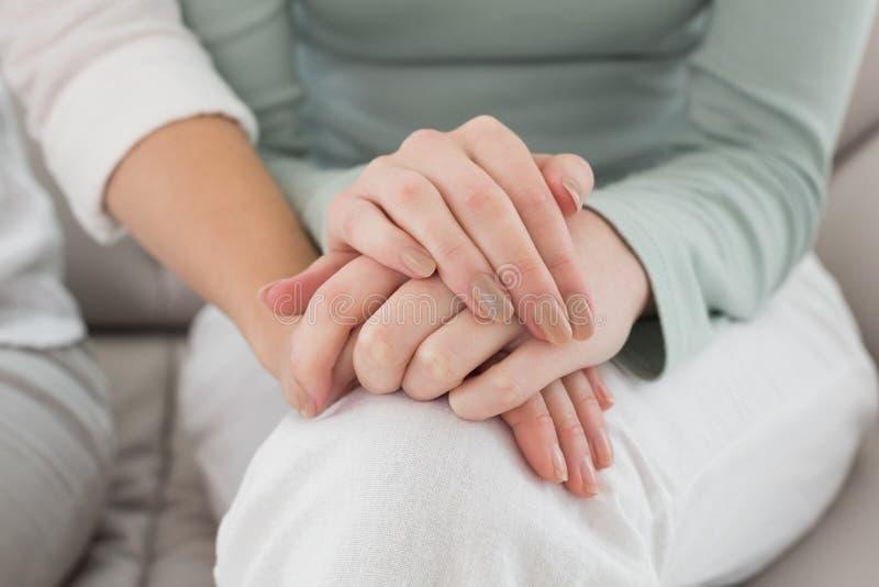 接触手的女性朋友的特写镜头中间部分 免版税库存图片