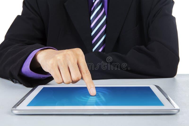 接触数字式片剂屏幕的商人 库存照片