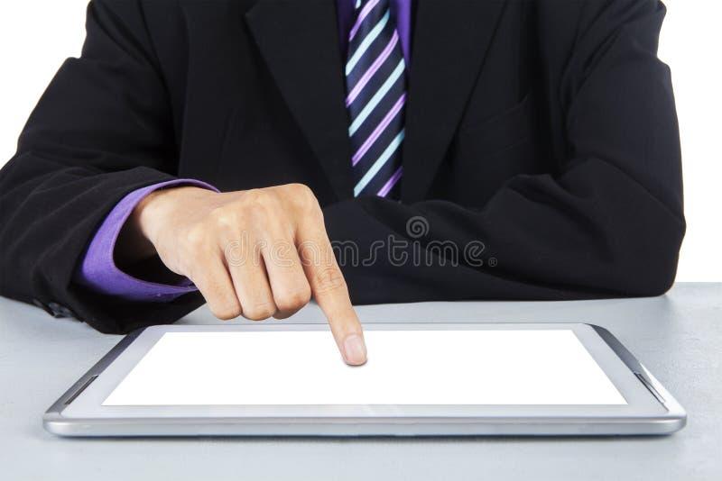 接触数字式片剂屏幕1的商人 免版税库存照片